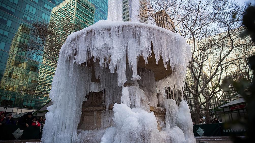 """""""Más de 150 millones de estadounidenses"""" permanecen bajo distintos tipos de advertencias de tormentas de invierno y de hielo."""