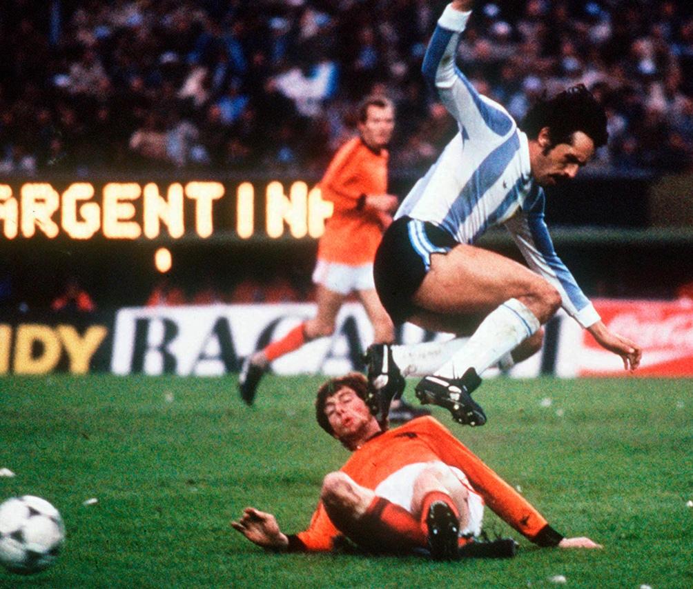 La gran final ante Holanda, el 25 de junio de 1978. Luque elimina al defensor Erny Brandts.