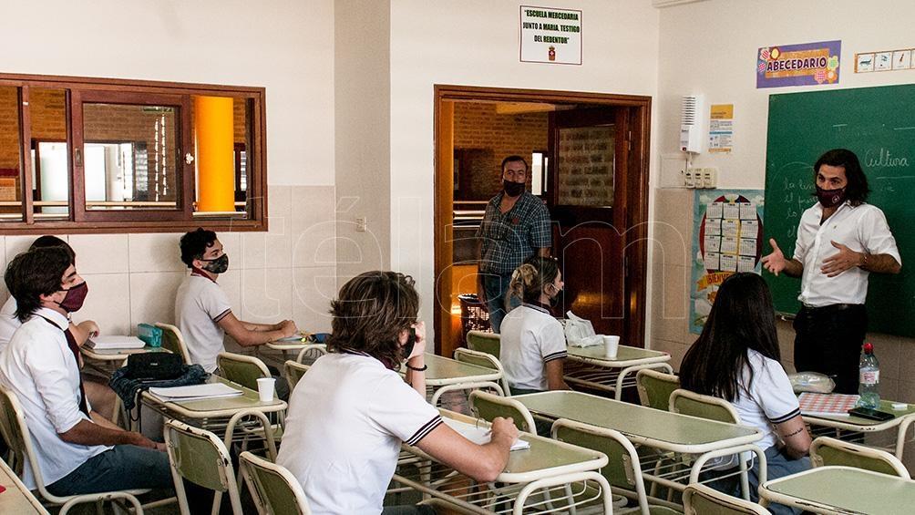 Dentro del aula se ubicó a un solo alumno por banco y manteniendo entre ellos una distancia de 1,5 metros.
