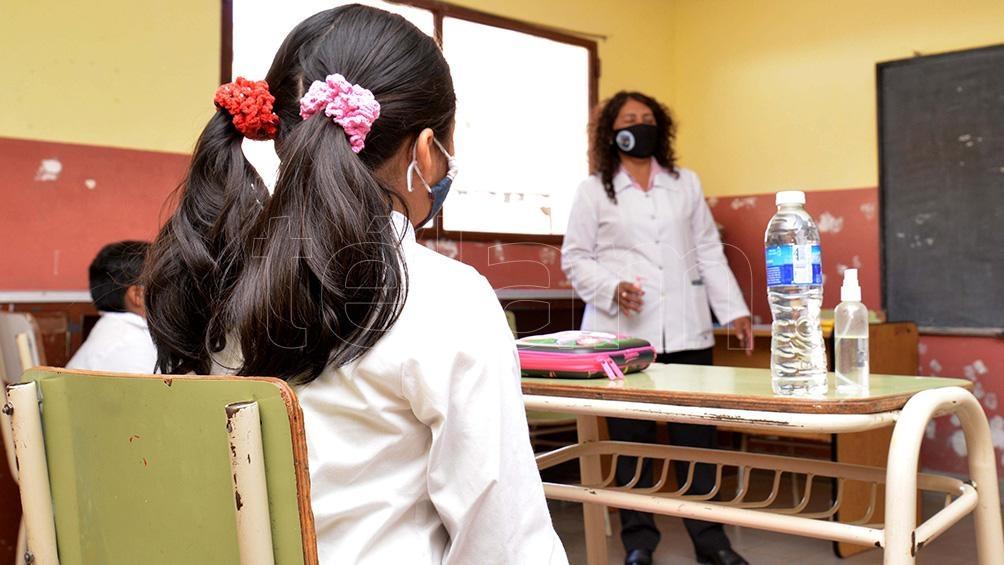 Entre las medidas preventivas figuran la toma de temperatura, la sanitización de manos, el registro de los alumnos por aula y la señalización para moverse dentro del establecimiento.