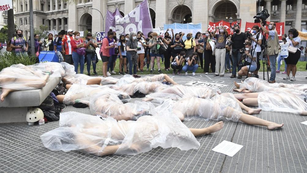 Jóvenes realizaron una intervención artística frente a los Tribunales para exigir justicia por Ursula.