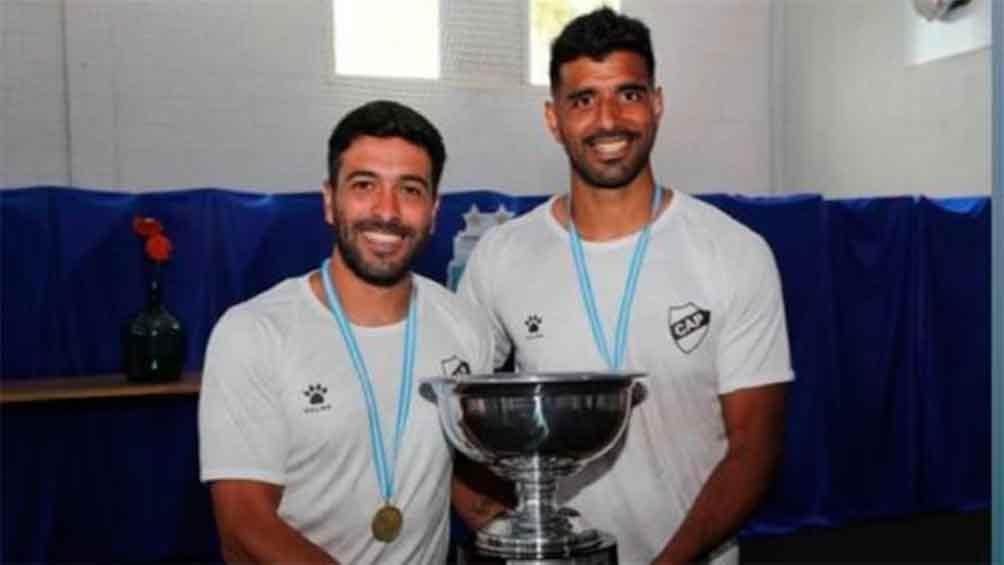 Lluy e Iribarne recibiendo la Copa tras el ascenso a Primera (Foto: AFA)