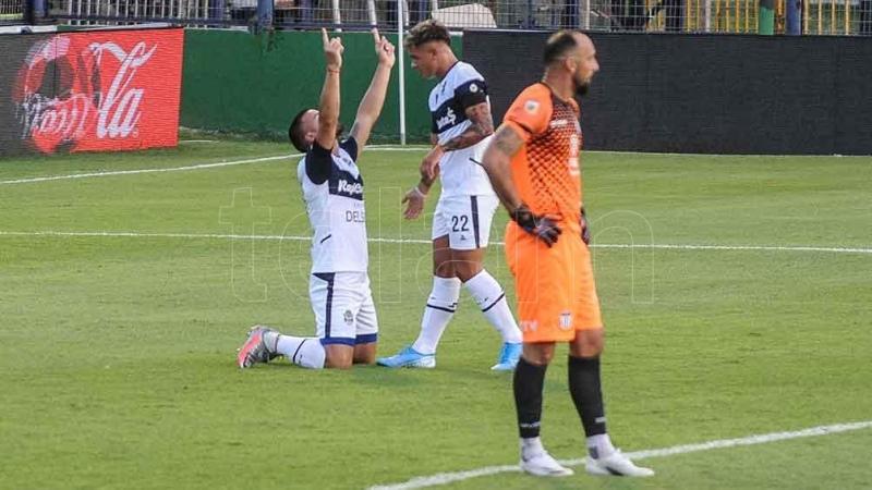 Gimnasia goleó a Talleres en un partido accidentado
