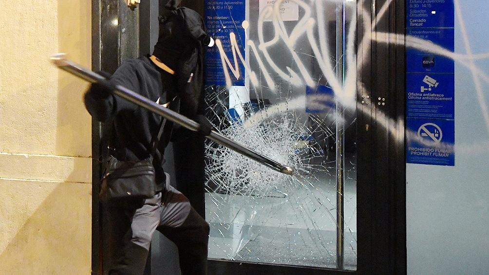 Durante la noche hubo ataques a sedes bancarias y edificios de oficina.