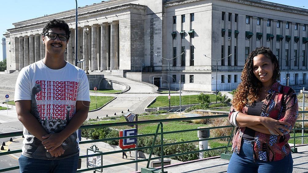 """Patricia Gomes y Alí Emmanuel Delgado, docentes de la materia de educación antirracista """"afrocentrada""""."""
