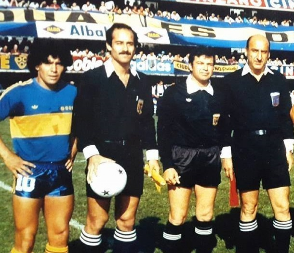 Maradona junto a Gnecco y otros jueces de lìnea.