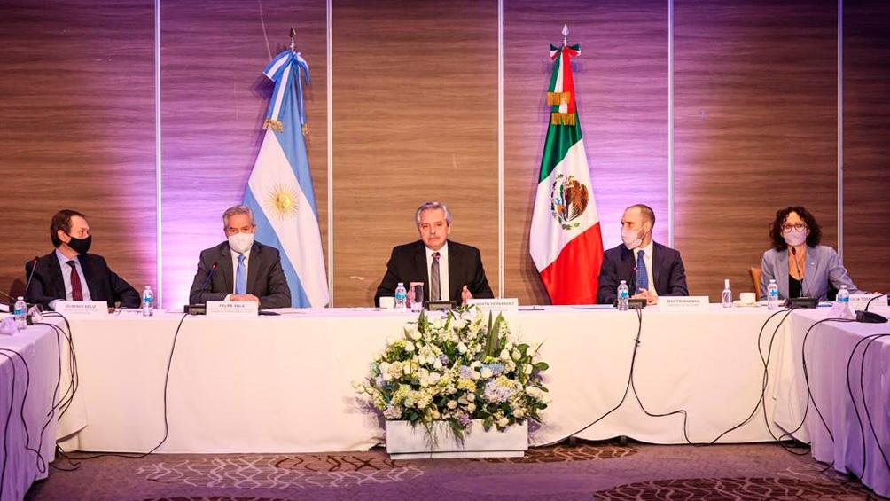 El Presidente se reunió con empresarios, en su primera actividad en el país azteca.
