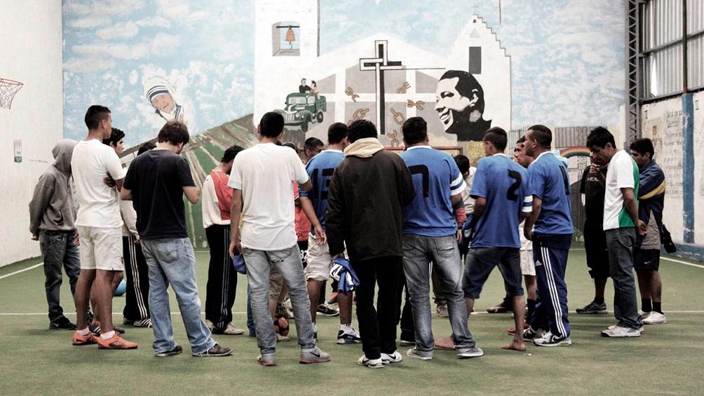 """En pandemia """"creció y se profundizó"""" el problema de las adicciones y """"no se pensó en el tiempo libre de los jóvenes y adolescentes que en los barrios se juntaban igual"""", dice el padre Pepe."""