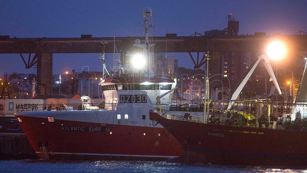 """Greenpeace denuncia que algunos buques pesqueros internacionales """"desactivan sus sistemas de posicionamiento satelital"""" para adentrarse en la ZEE argentina."""