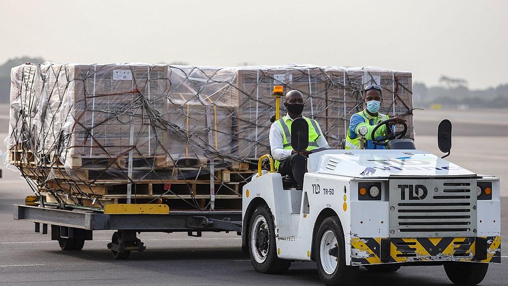 El avión que transportaba las 600.000 dosis de la vacuna AstraZeneca/Oxford aterrizó este miércoles.