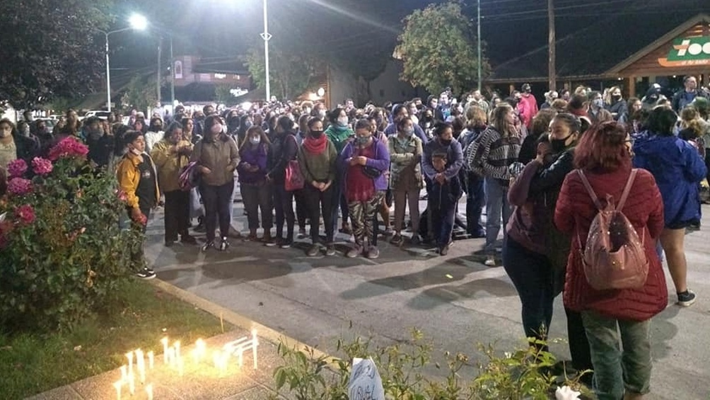 Marcha en Villa La Angostura para reclamar por el femicidio de Guadalupe.