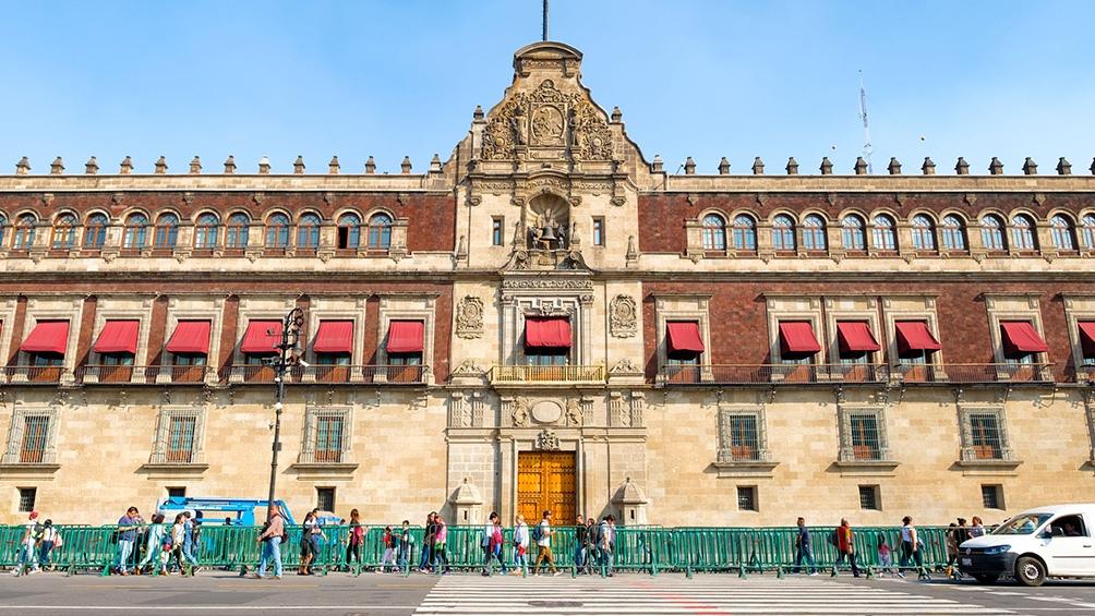 El Palacio Nacional de México, en la Plaza de la Constitución, conocida informalmente como plaza del Zócalo.