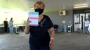 Vacunan a adultos mayores en el comedor de la Universidad Nacional de La Plata