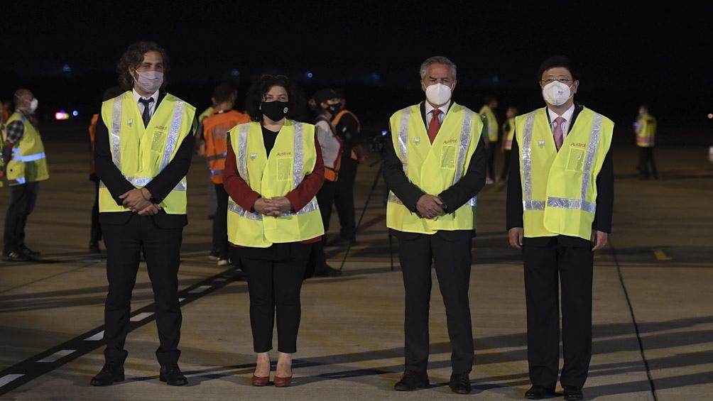 El vuelo fue recibido por el jefe de Gabinete, Santiago Cafiero; la ministra de Salud, Carla Vizzotti, el canciller Felipe Solá y el embajador chino en el país, Zou Xiaoli.