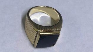 Familiares del enfermero prófugo entregaron a la policía el anillo del expresidente Menem
