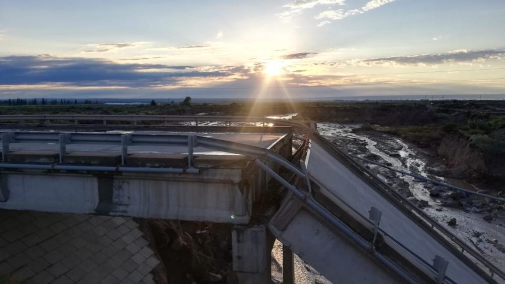 Un fuerte temporal causó la caída de un puente en la Ruta Nacional 40, sobre el Arroyo Los Pozos.