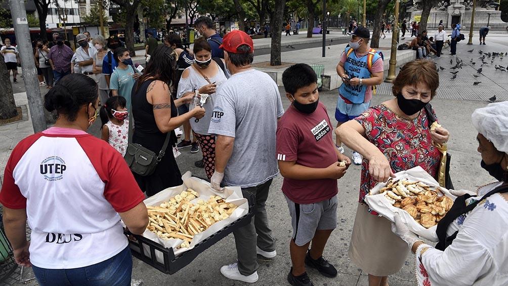 """Los trabajadores """"convidaron"""" pan, galletas y otros  productos de panadería."""