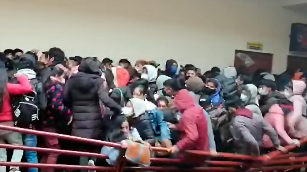 Un representante del Comité Ejecutivo de la universidad aseguró que hubo empujones, peleas y enfrentamientos durante la asamblea antes de que cediera la baranda.