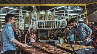 """A vibráfono y marimba, Sánchez y Martinini llevan """"tango para todos"""" a las calesitas"""