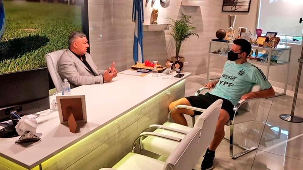 El titular de la AFA publicó en sus redes sociales una foto con el DT Scaloni.