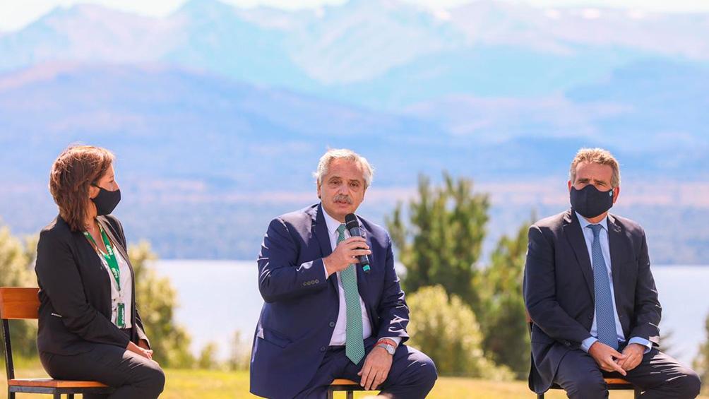 El jefe de Estado encabezó en la sede de Invap en Bariloche el acto de firma de un convenio para reactivar la fabricación de radares de nueva generación.