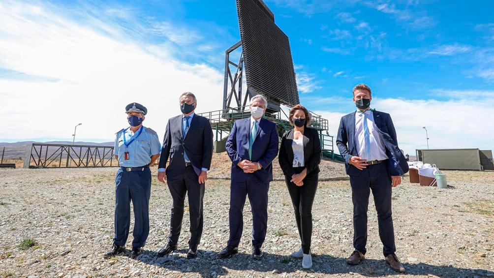 La firma del convenio implica en una primera etapa la fabricación de cinco nuevas unidades del Radar Primario Argentino 200 (RPA 200).