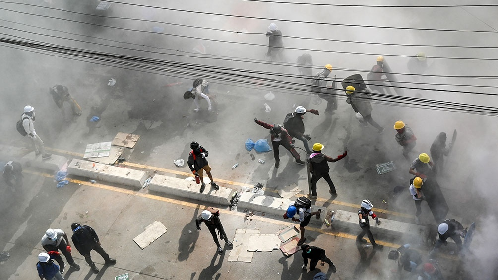 Fuerzas de seguridad dispararon munición real en varias ciudades para dispersar las manifestaciones prodemocracia.