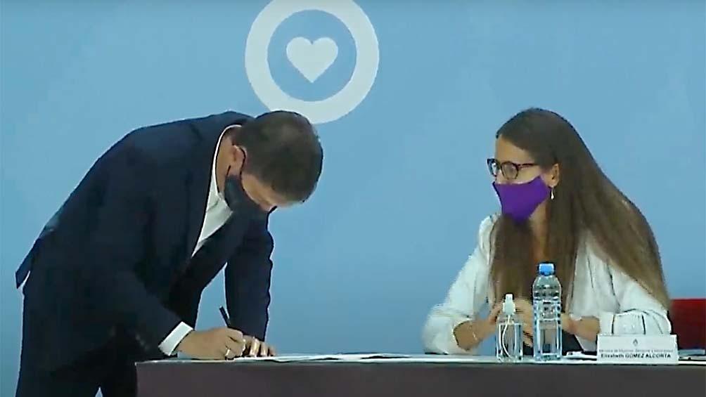 Kicillof, al suscribir el acta junto a la ministra Gómez Alcorta.