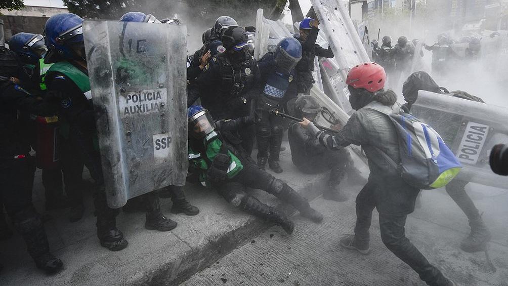 La jornada de protestas dejó al menos 62 uniformados y 19 civiles heridas, según informaron los medios locales.