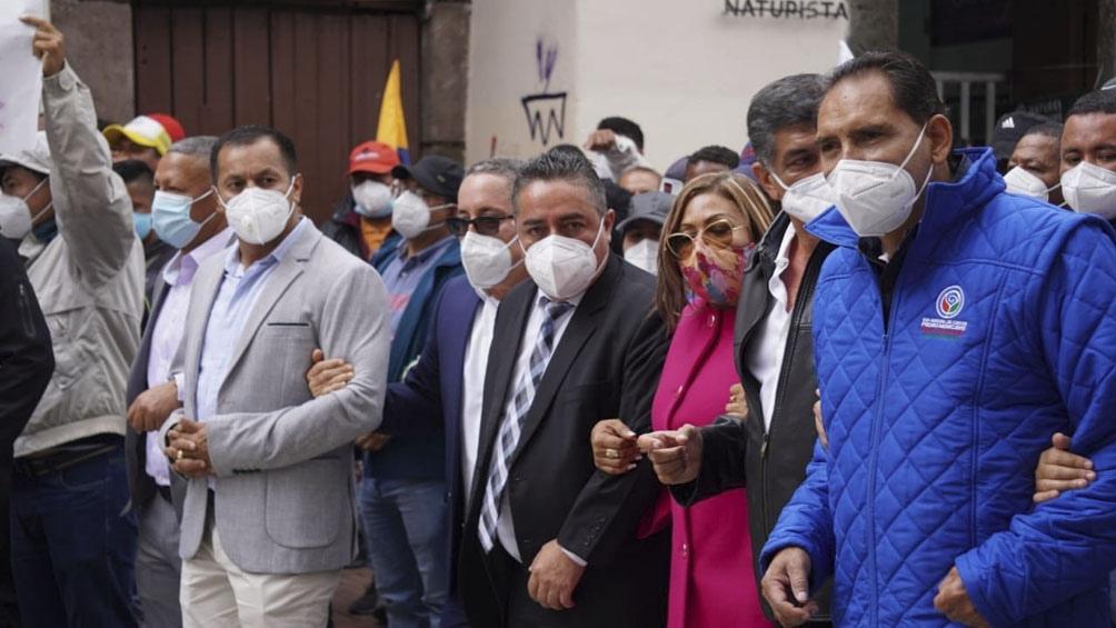Alcaldes, concejales, funcionarios municipales marcharon para reclamar por una deuda del Ejecutivo.