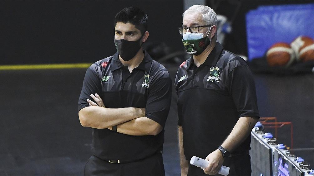 Villagrán y Arrigoni, el entrenador y asistente de Gimnasia de Comodoro, (Foto: Marcelo Endelli / La Liga)