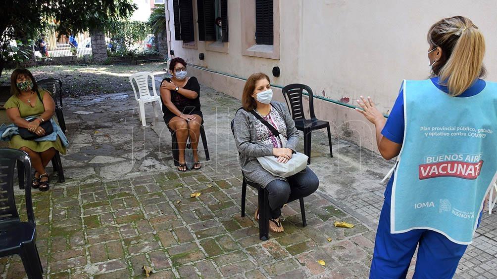 """Docentes bonaerenses reciben la vacuna contra el coronavirus con """"alegría inmensa"""" y """"alivio"""""""