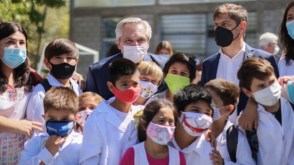 El presidente recorrió una escuela y un vacunatorio de Avellaneda.