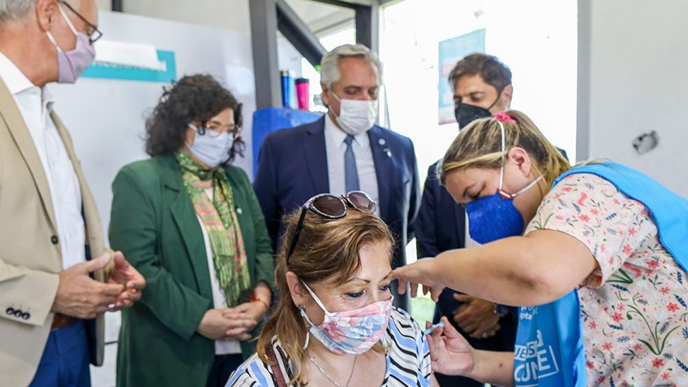 Fernández estuvo acompañado por la ministra de Salud, Carla Vizzotti y su par provincial Daniel Gollan