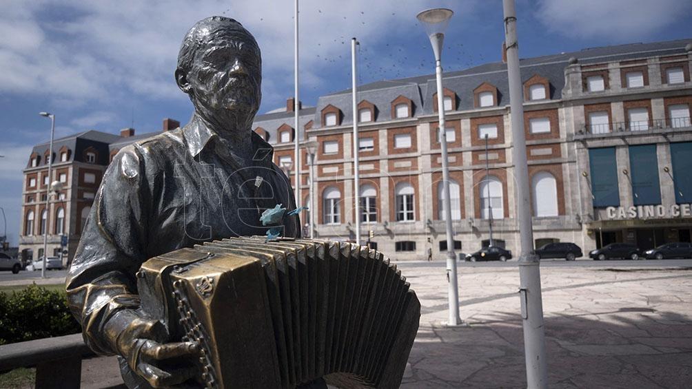 El busto que homenajea al músico, frente al Casino Central.