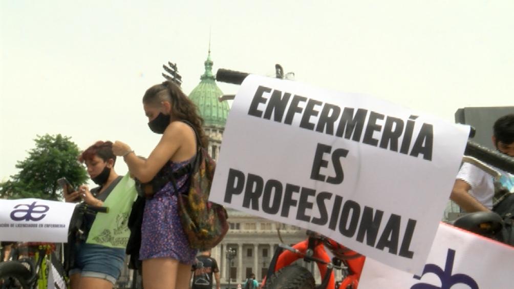 Pancartas y remeras para las demandas.