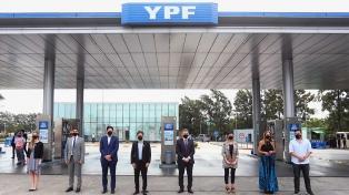 Kicillof celebró anuncio de descuentos de YPF en carga de combustibles para docentes