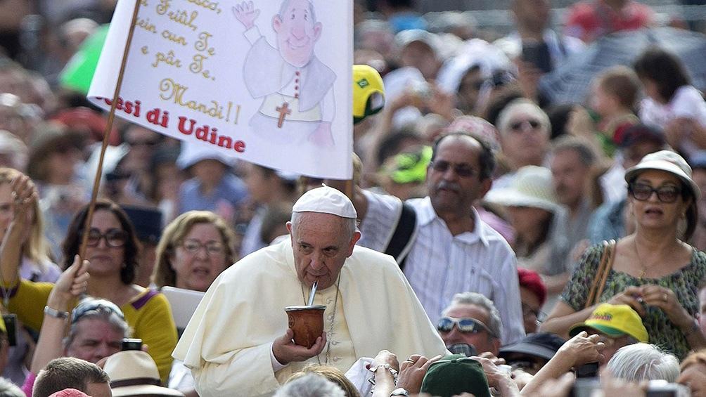 El 13 de marzo de 2013, el entonces arzobispo de Buenos Aires y Primado de Argentina, se imponía el nombre de Francisco al haber sido elegido Papa.