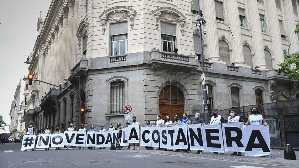 Al igual que la privatización de terrenos públicos en Costa Salguero, la propuesta de habilitar barrios cerrados genera polémica.