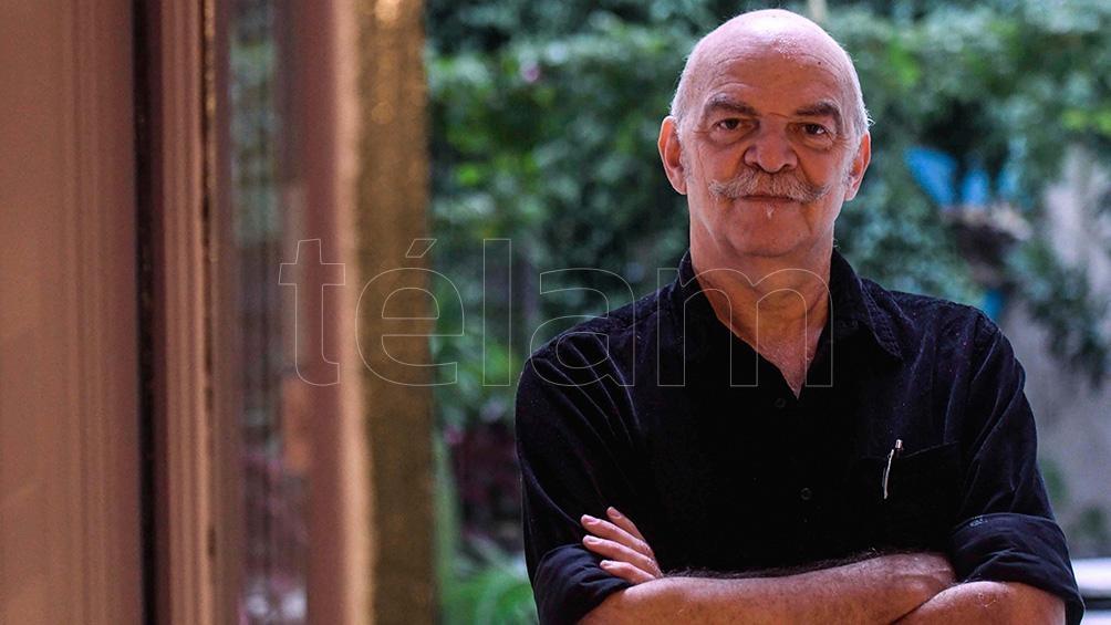 El escritor nació en Buenos Aires en 1957 y actualmente está radicado en Barcelona.