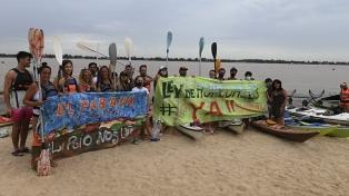Ecologistas limpian una isla en el Día de Acción en Defensa de los Ríos