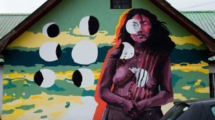 Para visibilizar temáticas de género y diversidad, pintan diez murales en Ushuaia