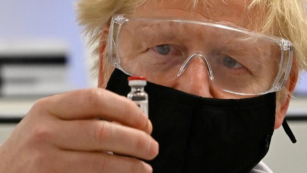 Boris Johnson ha defendido a ultranza la vacuna
