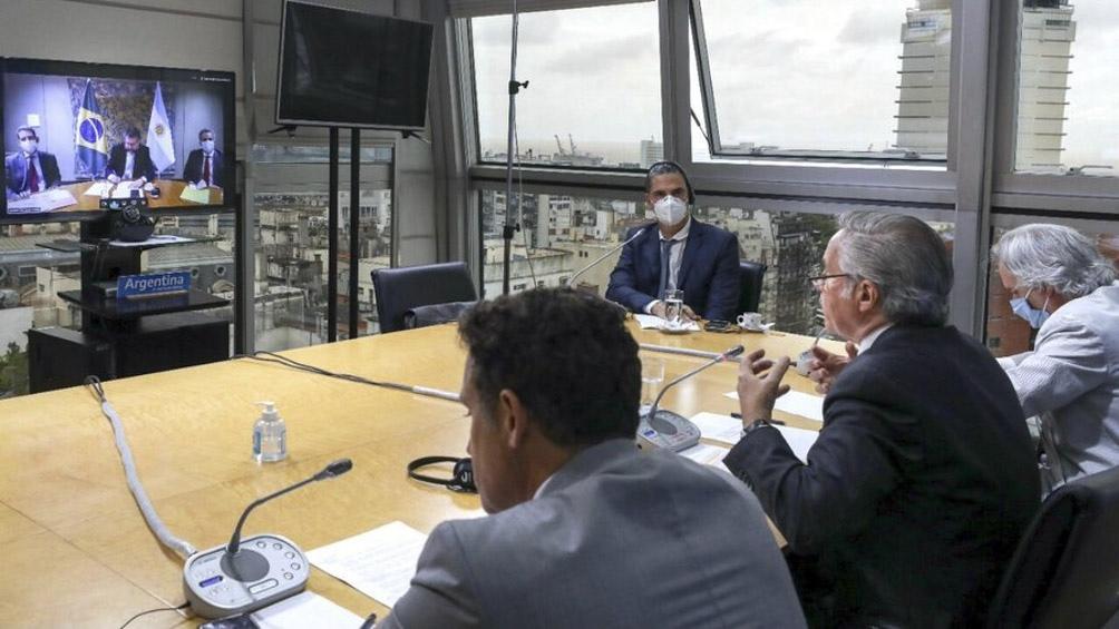 El canciller argentino y su par brasileño mantuvieron una reunión por videollamada en el marco de los 30 años del Mercosur.