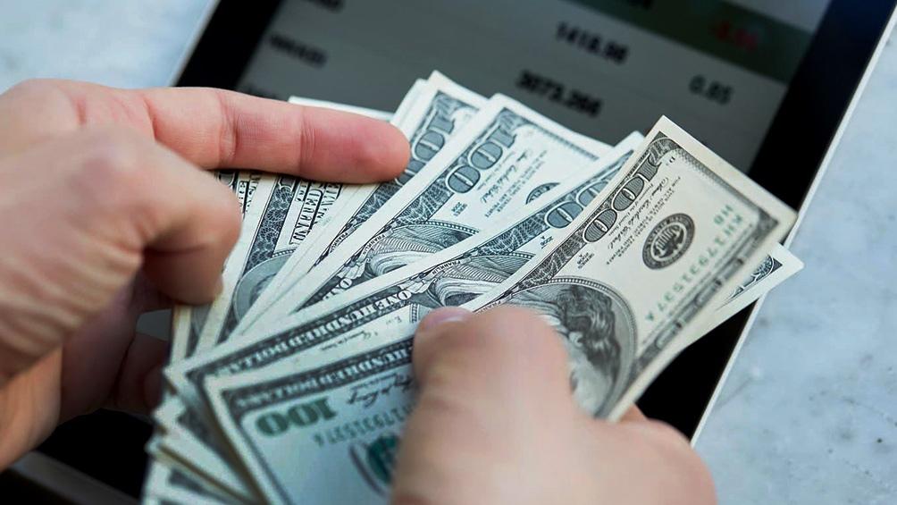 El dólar oficial cerró este viernes a un promedio de $ 98,90, con un descenso de siete centavos respecto al cierre del jueves.