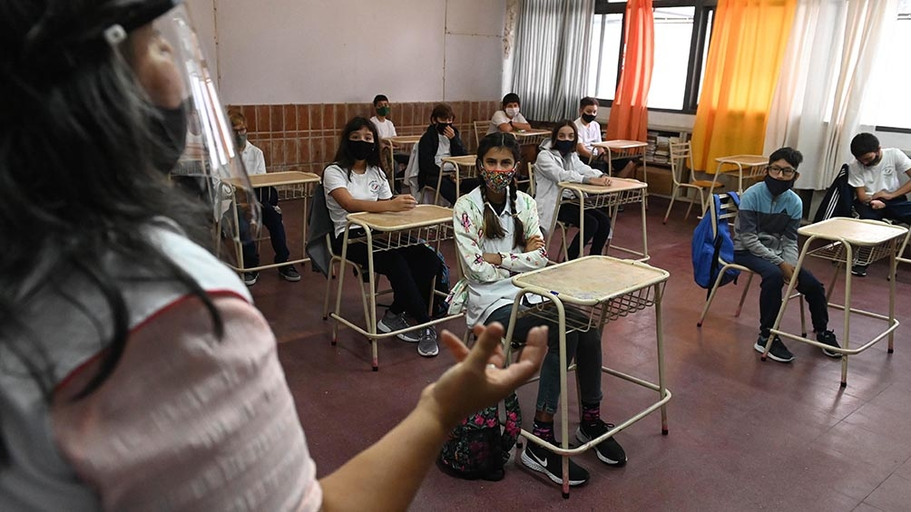 En el caso del nivel secundario, el Ministerio de Educación habilitó la presencialidad sólo para realizar clases de consulta que serán individuales o en grupos muy reducidos.