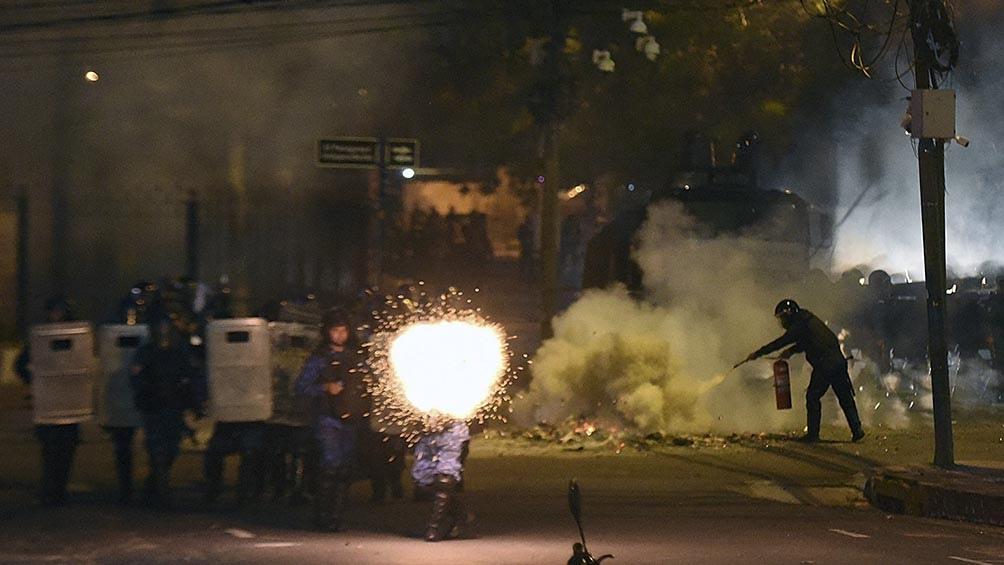 Manifestantes se enfrentaron en las calles de Asunción con agentes antidisturbios, que detuvieron al menos a 27 personas.