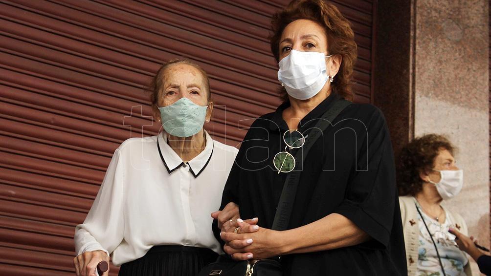 """Como la OMS expresó que """"el virus se puede propagar desde la boca o la nariz de una persona infectada en pequeñas partículas líquidas cuando tose, estornuda, habla, canta o respira"""", es fundamental usar barbijos."""