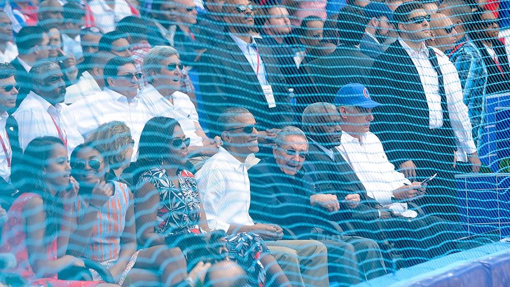 La familia Obama fue a un estadio a ver un juego béisbol.