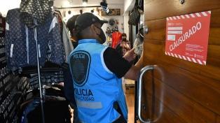 Secuestraron más de 2200 prendas falsificadas en un showroom de Puerto Madero